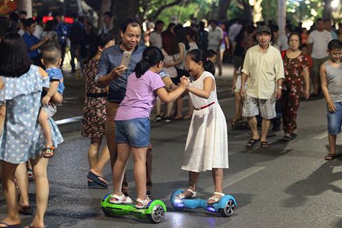Bé gái ngã chảy máu đầu vì đi xe tự cân bằng ở phố đi bộ Hà Nội - 5