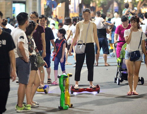 Bé gái ngã chảy máu đầu vì đi xe tự cân bằng ở phố đi bộ Hà Nội - 8