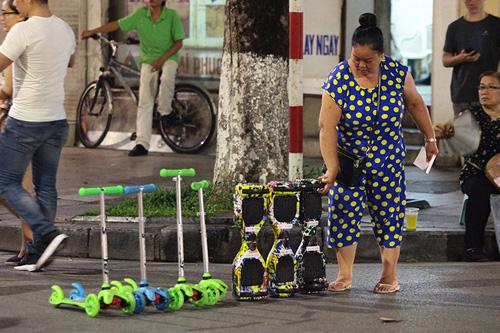 Bé gái ngã chảy máu đầu vì đi xe tự cân bằng ở phố đi bộ Hà Nội - 7