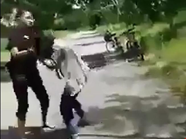 Công an làm việc nhóm thiếu nữ đánh bạn, bắt liếm chân - 1