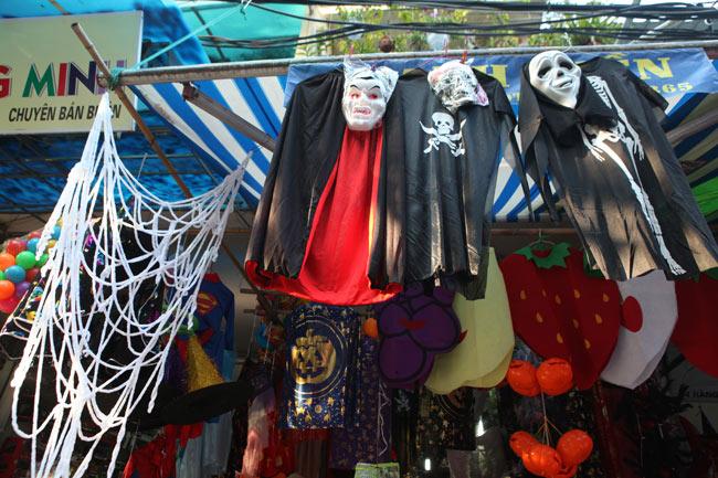Đồ chơi ma quỷ ngập tràn phố cổ Hà Nội trước ngày Halloween - 2