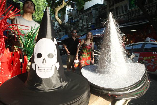 Đồ chơi ma quỷ ngập tràn phố cổ Hà Nội trước ngày Halloween - 4
