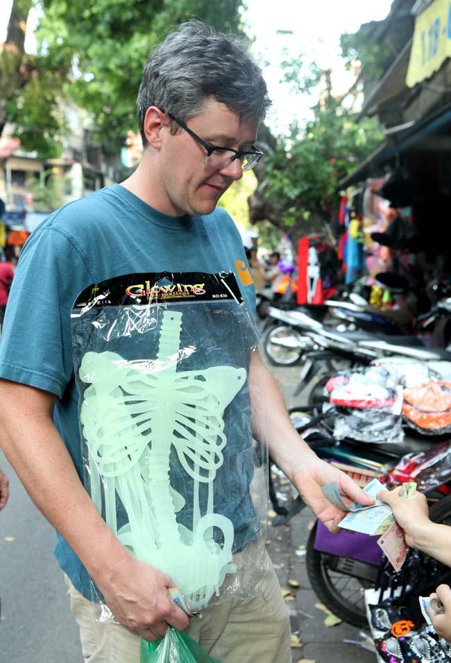 Đồ chơi ma quỷ ngập tràn phố cổ Hà Nội trước ngày Halloween - 9