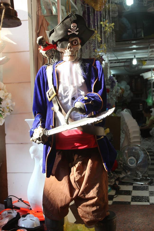 Đồ chơi ma quỷ ngập tràn phố cổ Hà Nội trước ngày Halloween - 7