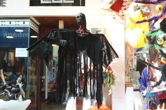 Đồ chơi ma quỷ ngập tràn phố cổ Hà Nội trước ngày Halloween - 5