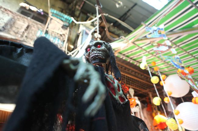 Đồ chơi ma quỷ ngập tràn phố cổ Hà Nội trước ngày Halloween - 6