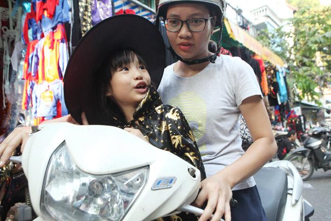 Đồ chơi ma quỷ ngập tràn phố cổ Hà Nội trước ngày Halloween - 11
