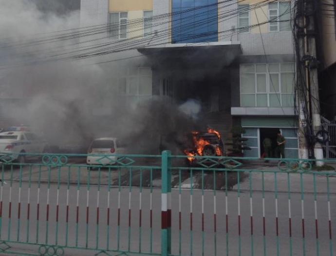 Quảng Ninh: Ôtô cháy dữ dội trước cổng công an Cửa Ông - 1