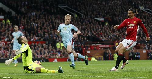 MU hòa bất lực, Mourinho bị truất quyền chỉ đạo - 5