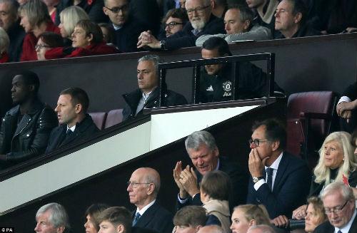 MU hòa bất lực, Mourinho bị truất quyền chỉ đạo - 6