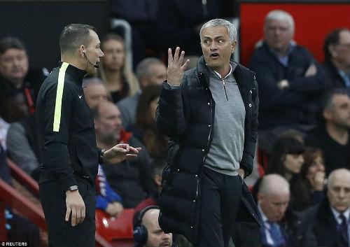 MU hòa bất lực, Mourinho bị truất quyền chỉ đạo - 1