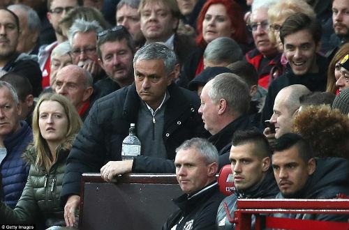MU hòa bất lực, Mourinho bị truất quyền chỉ đạo - 2