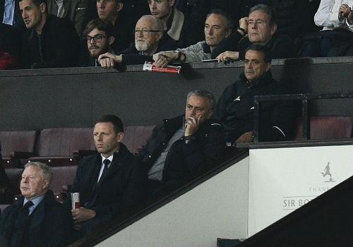 MU hòa bất lực, Mourinho bị truất quyền chỉ đạo - 3