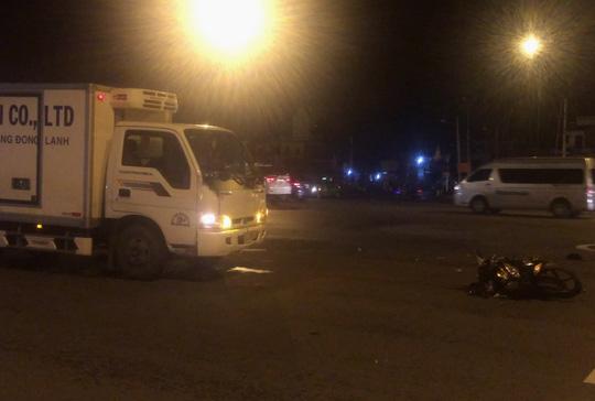 TPHCM: Xe tải tông văng xe máy trên đường Phạm Văn Đồng giữa đêm - 1
