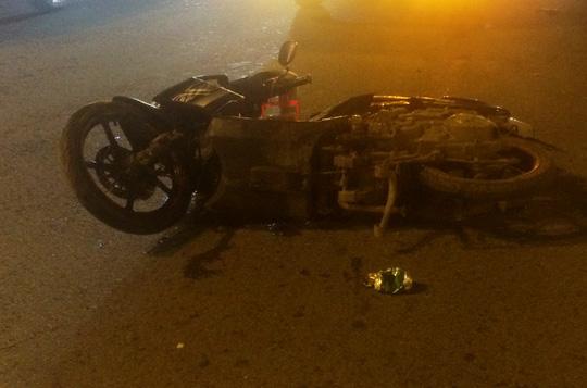 TPHCM: Xe tải tông văng xe máy trên đường Phạm Văn Đồng giữa đêm - 2