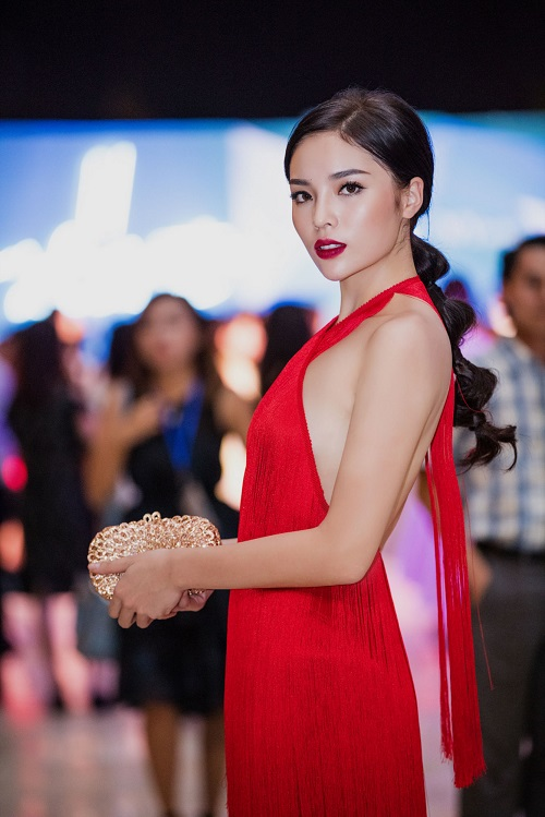 Kỳ Duyên khoe lưng trần, vai nõn sexy với gam đỏ rực - 3
