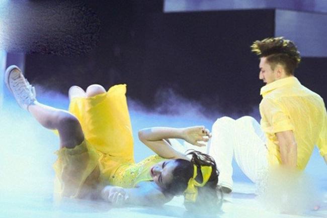 Không tự tin được như Minh Hằng, Chi Pu mặt nhăn nhó vì bị ngã quá đau khi đang phiêu trong chương trình Bước nhảy hoàn vũ.
