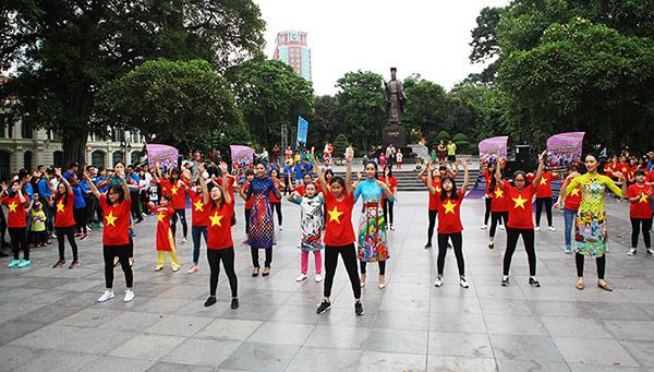 Hàng trăm bạn trẻ Hà Nội cùng nhau nhảy vì sự Tử tế - 1