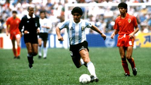 Mừng sinh nhật Maradona 56 tuổi: Vĩ nhân sân cỏ - 1