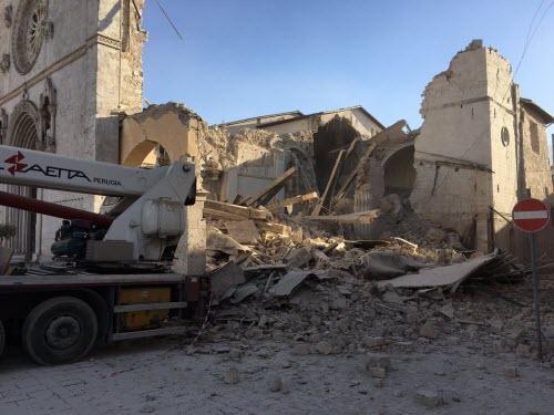 Động đất mạnh rung chuyển Italia, hàng loạt nhà đổ sập - 1