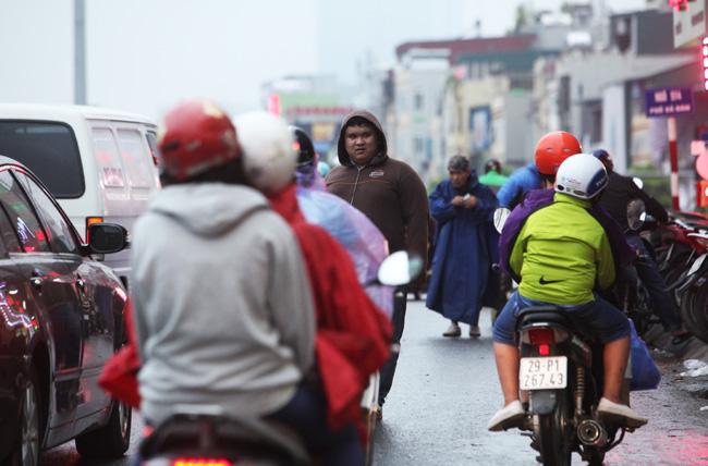 Người Hà Nội phấn khích đón gió lạnh đầu mùa - 1