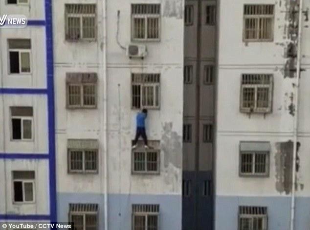 """Trung Quốc: """"Người nhện"""" trèo nhà cao tầng cứu bé trai - 1"""