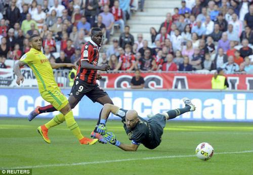 Balotelli ghi bàn đẹp mắt, cúi đầu cảm ơn fan hâm mộ - 2