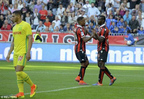 Balotelli ghi bàn đẹp mắt, cúi đầu cảm ơn fan hâm mộ - 3