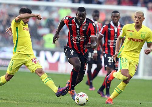 Balotelli ghi bàn đẹp mắt, cúi đầu cảm ơn fan hâm mộ - 1