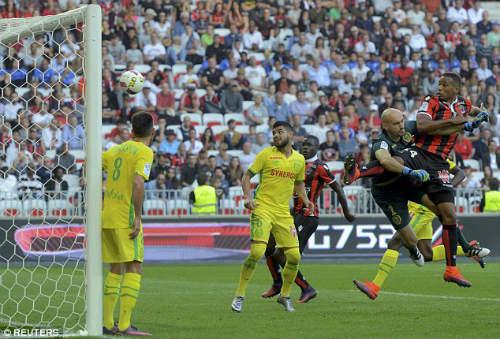 Balotelli ghi bàn đẹp mắt, cúi đầu cảm ơn fan hâm mộ - 7