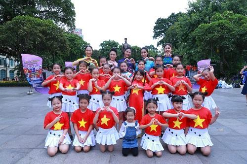 HH Ngọc Hân, Mỹ Linh ra phố nhảy flashmob cực sung - 1