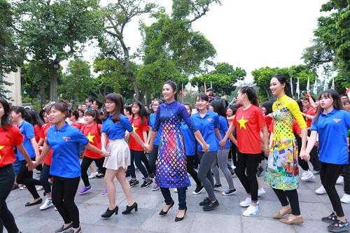 HH Ngọc Hân, Mỹ Linh ra phố nhảy flashmob cực sung - 4