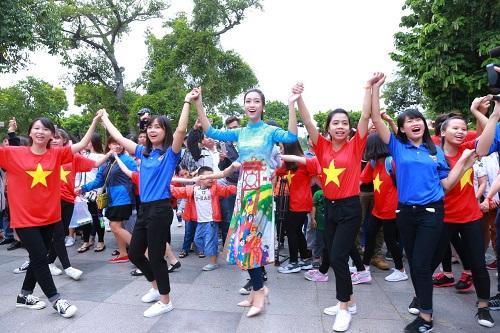 HH Ngọc Hân, Mỹ Linh ra phố nhảy flashmob cực sung - 3