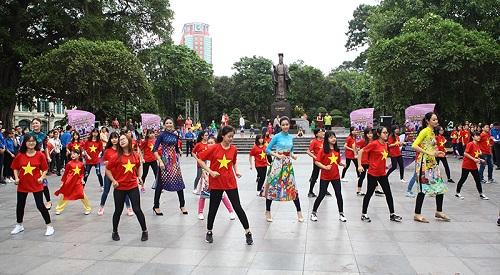 HH Ngọc Hân, Mỹ Linh ra phố nhảy flashmob cực sung - 2