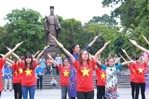 HH Ngọc Hân, Mỹ Linh ra phố nhảy flashmob cực sung - 6