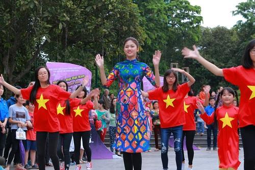 HH Ngọc Hân, Mỹ Linh ra phố nhảy flashmob cực sung - 7