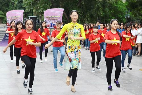 HH Ngọc Hân, Mỹ Linh ra phố nhảy flashmob cực sung - 5