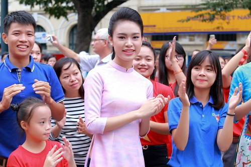 HH Ngọc Hân, Mỹ Linh ra phố nhảy flashmob cực sung - 11