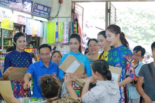 HH Ngọc Hân, Mỹ Linh ra phố nhảy flashmob cực sung - 13
