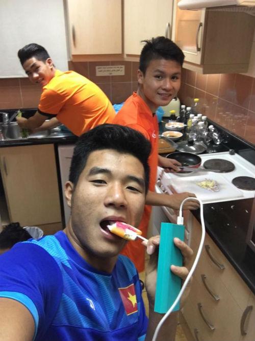 """""""Nhói lòng"""" trước bữa cơm của U19 Việt Nam - 2"""