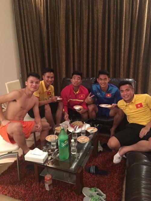 """""""Nhói lòng"""" trước bữa cơm của U19 Việt Nam - 1"""