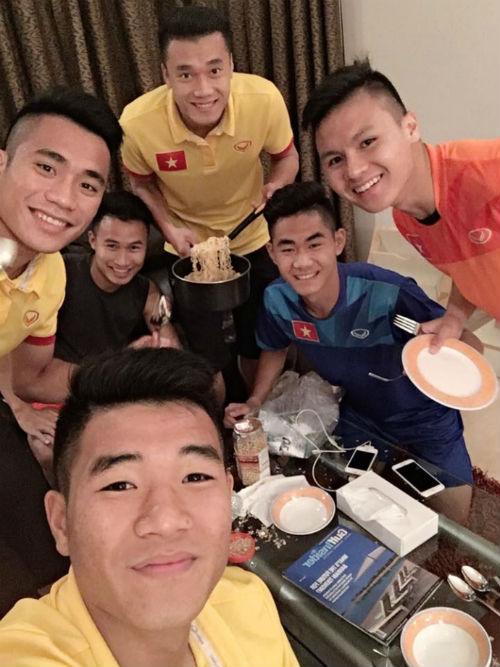 """""""Nhói lòng"""" trước bữa cơm của U19 Việt Nam - 3"""