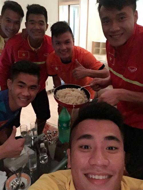 """""""Nhói lòng"""" trước bữa cơm của U19 Việt Nam - 4"""