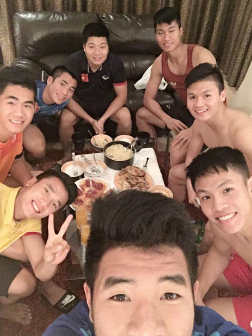 """""""Nhói lòng"""" trước bữa cơm của U19 Việt Nam - 6"""