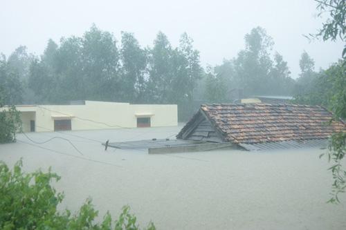 Miền Trung tiếp tục mưa lớn, nước lũ dâng cao - 1