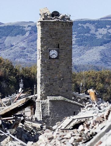 Tháp đồng hồ Ý 700 tuổi trụ vững qua 2 trận động đất mạnh - 1