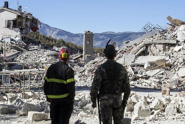 Tháp đồng hồ Ý 700 tuổi trụ vững qua 2 trận động đất mạnh - 2