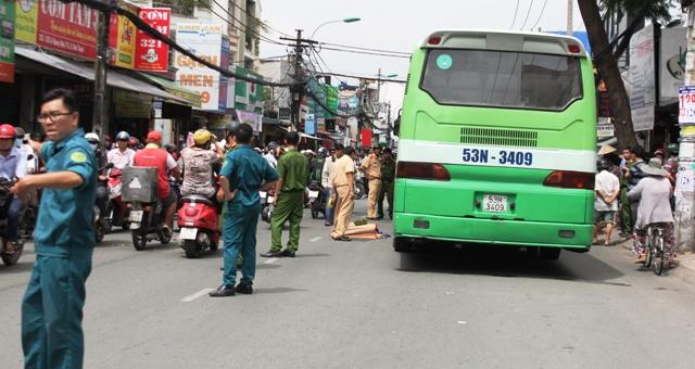 Va chạm xe buýt, người phụ nữ bán khoai lang tử vong - 1