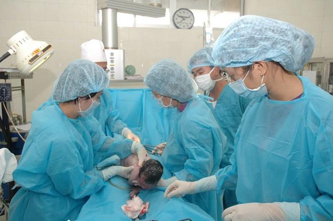 Trẻ sơ sinh bị gãy chân khi mổ đẻ: Bộ Y yêu cầu làm rõ - 1