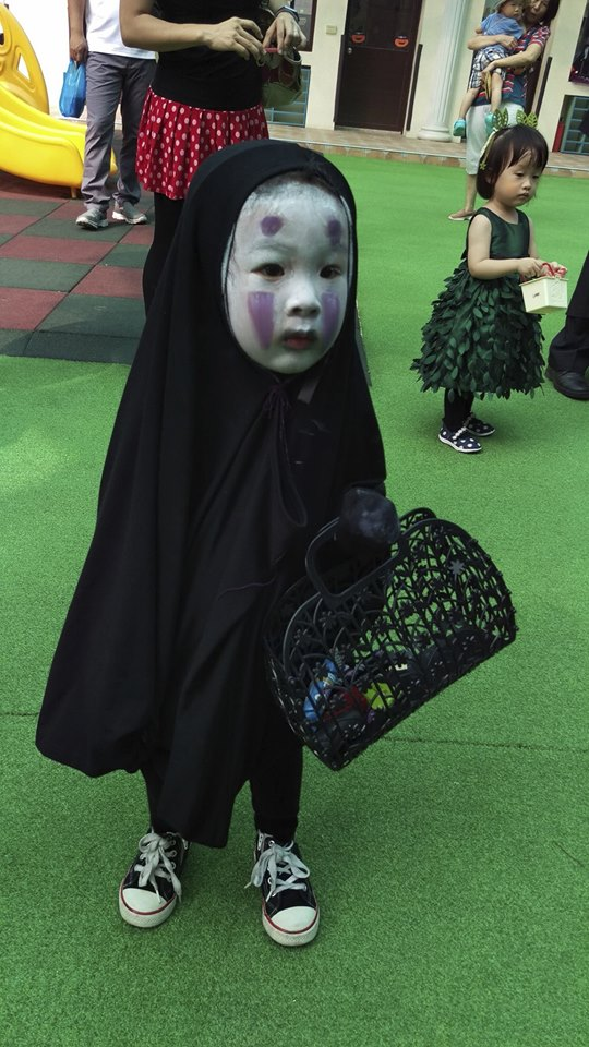 """Mỹ nữ Á chào thua em bé hóa trang """"người không mặt"""" - 1"""